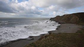 A praia da boca de Northcott ao norte do oeste sul BRITÂNICO norte de Bude Cornualha Inglaterra moldou o trajeto com bandeja das  video estoque