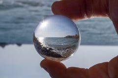 praia da bola de cristal fotos de stock