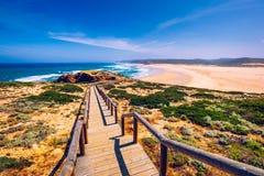 Praia DA Bordeira en promenades die een deel van de sleep van getijden of de gang van Pontal DA Carrapateira in Portugal vormen V stock fotografie