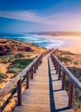 Praia da Bordeira i boardwalks tworzy część ślad przypływy lub Pontal da Carrapateira spacer w Portugalia r zdjęcie stock