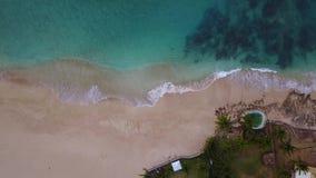 Praia da cabana na ilha de Oahu em Havaí video estoque