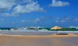 Praia DA Caciman und der Regenschirm - Fernando de Noronha stockbild