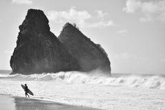 Praia da Cacimba ed il surfista - Fernando de Noronha fotografie stock libere da diritti