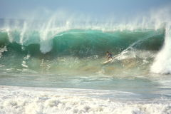 Praia da Cacimba ed il surfista - Fernando de Noronha immagini stock