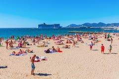 Praia da cidade de Cannes, dAzur da costa, França Imagens de Stock Royalty Free