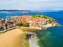Praia da cidade em Gijon, Espanha imagens de stock royalty free