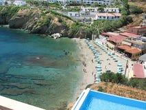 Praia da cidade na ilha da Creta, Grécia imagem de stock royalty free