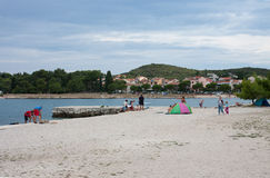 Praia da cidade no dia de verão em Rovinj na Croácia Imagens de Stock