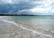 Praia da costa da luz do sol fotografia de stock