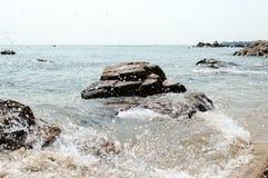 Praia da ilha de Lamma que espirra a água Fotos de Stock