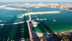 Praia da ilha de palma de Jumeirah no lapso de tempo de Dubai Bandeja acima video estoque