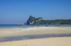 Praia da ilha de Phi Phi na maré baixa com baía e escaler no CCB fotos de stock royalty free