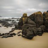 Praia da ilha de Phillip e afloramento de rocha fotografia de stock royalty free