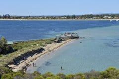 Praia da ilha do pinguim e molhe de madeira em Rockingham imagem de stock