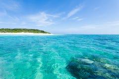 Praia da ilha e wate tropicais abandonados do azul do espaço livre imagens de stock