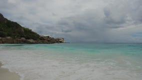 Praia da ilha no Oceano Índico em seychelles filme
