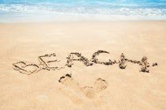 Praia da inscrição na areia Estação da praia Descanso no mar Foto de Stock