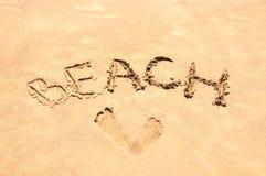 Praia da inscrição na areia Estação da praia Descanso no mar Imagem de Stock