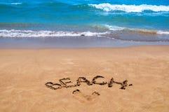 Praia da inscrição na areia Estação da praia Descanso no mar Imagens de Stock