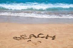 Praia da inscrição na areia Estação da praia Descanso no mar Fotografia de Stock Royalty Free