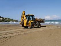 Praia da limpeza da pá do escavador Fotos de Stock