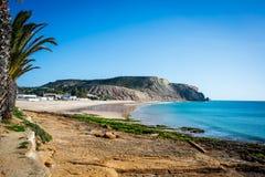 Praia DA Luz und dthe Drachestein lizenzfreies stockbild
