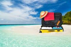 Praia da mala de viagem Imagens de Stock Royalty Free
