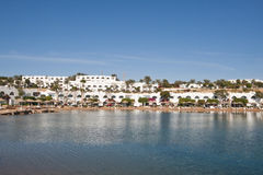 Praia da manhã com cidade Fotografia de Stock Royalty Free