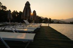 Praia da noite com sunbeds no tiro de Turquia Fotos de Stock