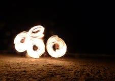 Praia da noite de Fireshow em Tailândia oriental Fotografia de Stock