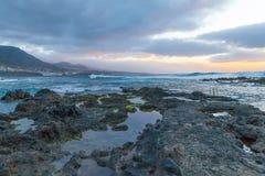 Praia da rocha de Punta del Fidalgo na vista panorâmica Bajamar v do por do sol imagem de stock royalty free