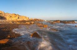 Praia da rocha do Co Thach com a onda na manhã da luz solar Fotos de Stock Royalty Free