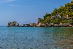 Praia da rocha e água azul do espaço livre Imagem de Stock Royalty Free