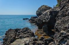 Praia da rocha e água azul do espaço livre Imagens de Stock