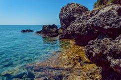 Praia da rocha e água azul do espaço livre Fotografia de Stock