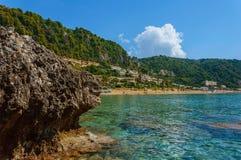 Praia da rocha e água azul do espaço livre Imagens de Stock Royalty Free