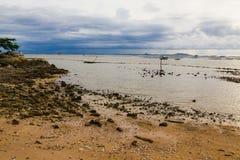 A praia da rocha e a chuva estão vindo no sriracha, Chonburi, Thaila Foto de Stock Royalty Free