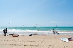 Praia da rota e surfistas do papagaio, Andalucia, Espanha Imagem de Stock Royalty Free