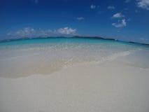 Praia das caraíbas com areia e horizonte Imagem de Stock