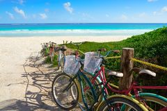 A praia das caraíbas de Tulum bicycles o Maya de Riviera imagens de stock