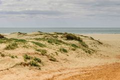 A praia das dunas na Espanha banhou-se pelo Oceano Atlântico Foto de Stock