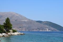 , Praia de Agia Paraskevi e montanhas Fotos de Stock Royalty Free