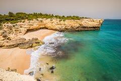 Praia de Albandeira - όμορφες ακτή και παραλία του Αλγκάρβε, λιμένας Στοκ φωτογραφία με δικαίωμα ελεύθερης χρήσης