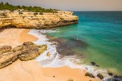 Praia de Albandeira - όμορφες ακτή και παραλία του Αλγκάρβε, λιμένας Στοκ Εικόνες