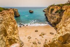 Praia de Albandeira - belles côte et plage d'Algarve, port Image stock
