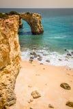 Praia de Albandeira - belles côte et plage d'Algarve, port Photographie stock libre de droits