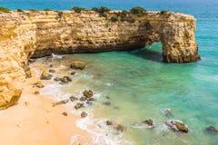 Praia de Albandeira - härlig kust och strand av Algarve, port Royaltyfri Fotografi