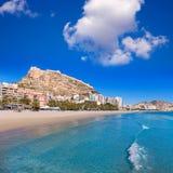 Praia de Alicante e castelo Santa Barbara na Espanha Imagem de Stock