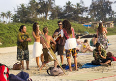 A PRAIA de ARAMBOL, GOA, ÍNDIA - 15 de fevereiro de 2013 - povos está relaxando na praia Imagens de Stock