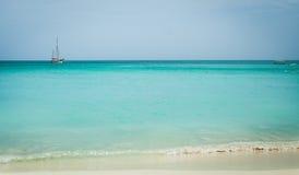 Praia de Aruba com o barco no horizonte Imagens de Stock Royalty Free
